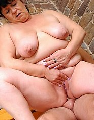 Chubby mommy baring her fat bum ready for some serious pushing up the brown